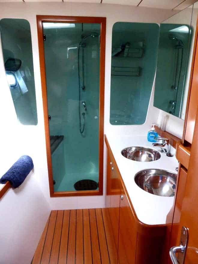 Catamaran-Lagoon-570-port-bathroom